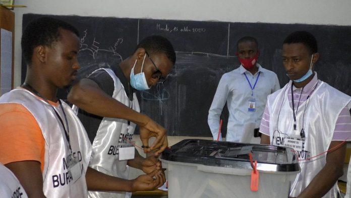 2020-10-18T223718Z_410282789_RC2ALJ9Y2ILX_RTRMADP_3_GUINEA-ELECTION